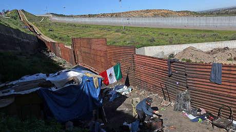 Carlos, un mexicano de 27 años deportado de EE.UU., prepara comida en Tijuana, México, 3 de marzo de 2017.