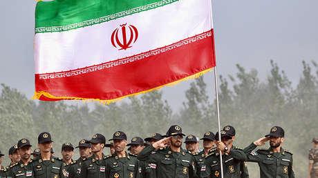 Militares iraníes con la bandera de su país durante los Juegos del Ejército Internacional 2017, Guangshui, China, 30 de julio de 2017.