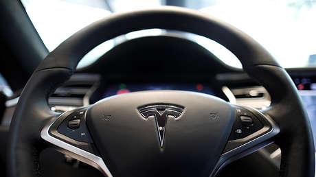El logotipo de la compañía productora de coches de vehículos eléctricos Tesla puede verse en un volante del automóvil eléctrico Model S en Seúl, Corea del Sur, el 6 de julio de 2017.