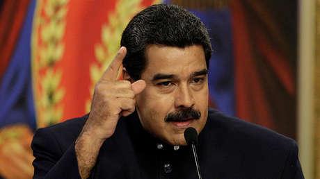 Nicolás Maduro conversa con los medios de comunicación ante las imágenes del héroe nacional venezolano Simón Bolívar, en el Palacio de Miraflores, 22 de agosto de 2017. REUTERS / Marco Bello