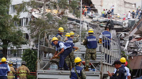 Socorristas trabajan en un edificio impactado por el terremoto de este lunes en Ciudad de México.