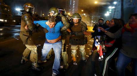 Un activista mapuche es detenido por policías durante una manifestación en Santiago de Chile el 6 de abril de 2016.