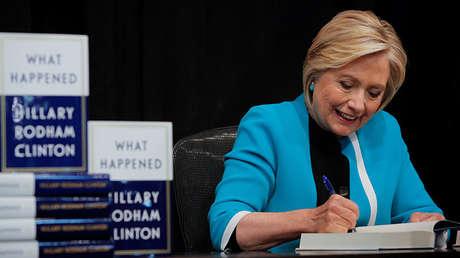Hillary Clinton firma una copia de su libro 'What Happened' en una librería de Nueva York el 12 de septiembre de 2017.