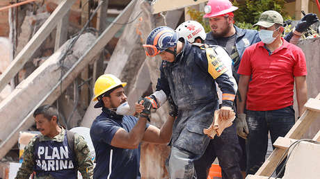 Personal de rescate trabaja entre los escombros del colegio Enrique Rebsamen en la Ciudad de México, el 20 de septiembre de 2017.