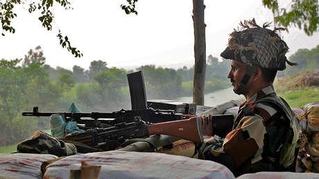 Un soldado de la India patrulla en la frontera con Pakistán, en Abdullian, Jammu, el 30 de septiembre de 2016.