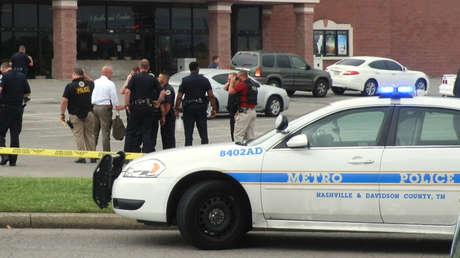 Trabajadores de emergencia se reúnen ante un teatro de la zona de Nashville, Tennessee, EE.UU., el 5 de agosto de 2015.