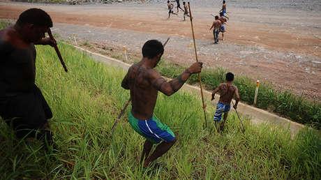 Los indígenas amazónicos de las cuencas de los ríos Xingu, Tapajós y Teles Pires invaden el principal emplazamiento de la presa hidroeléctrica de Belo Monte, en protesta por la construcción de la represa en Vitoria do Xingu. 2 de mayo de 2013.