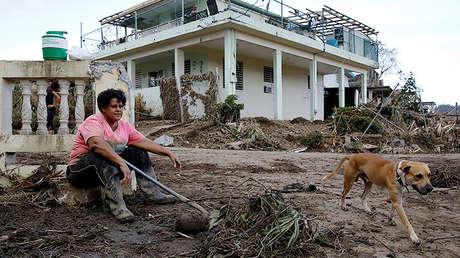 Una mujer limpia los escombros de su casa después del huracán María en Toa Baja, Puerto Rico, el 24 de septiembre de 2017.