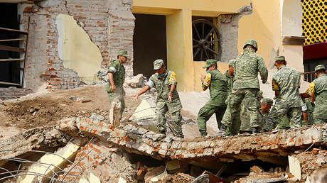 Soldados retiran los escombros de un edificio destruido por un terremoto que sacudió la costa sur de México, el 8 de septiembre de 2017.