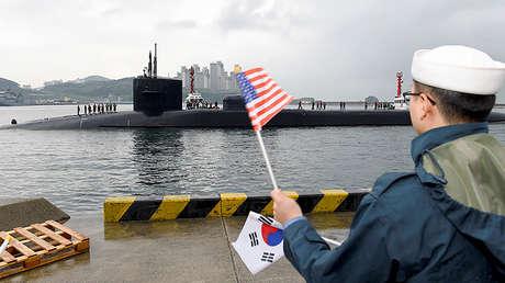 El submarino nuclear lanzamisiles balísticos de clase Ohio, USS Michigan, llega para una visita regular al puerto de Busan (Corea del Sur), el 24 de abril de 2017.
