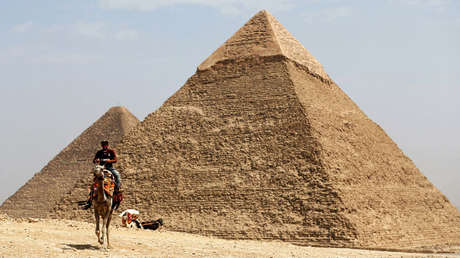 Un hombre a lomos deun camello frente a la Gran Pirámide de Guiza el 28 de marzo de 2017
