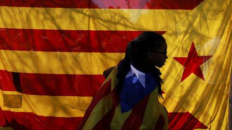 Una joven con una bandera independentista durante una concentración en Barcelona a favor de la celebración del referéndum