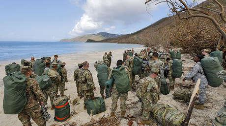 Efectivos de la 602.ª compañía de apoyo médico en una playa cerca del puerto de Carlota Amalia (Islas Vírgenes)