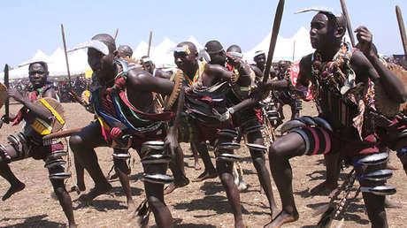 Una danza ritual de los jóvenes bagisu en Uganda