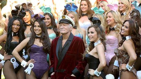 Hugh Hefner, rodeado por conejitas de Playboy, 2014