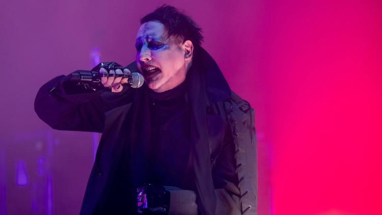 Video: Marilyn Manson, aplastado por dos enormes accesorios en pleno concierto