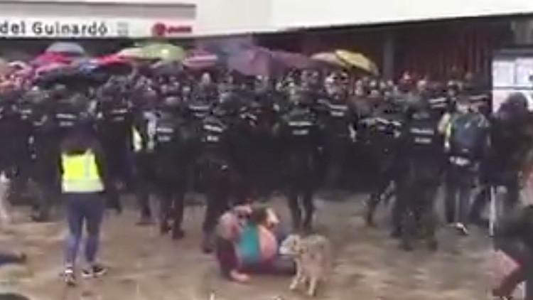 1-O: La Policía agrede a un anciano que trataba de votar y a su perro (VIDEO)