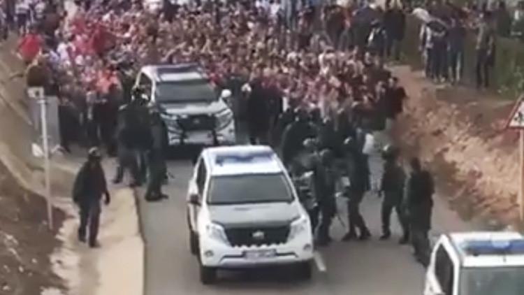 Video impactante: Catalanes enfurecidos hacen retroceder a la Policía
