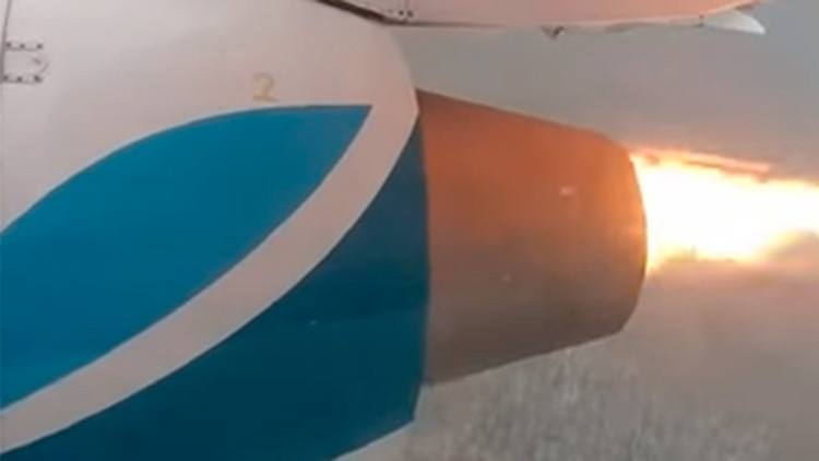 """""""Pensé que era ateo, hasta que"""" el motor del avión se incendió en pleno vuelo (VIDEO)"""