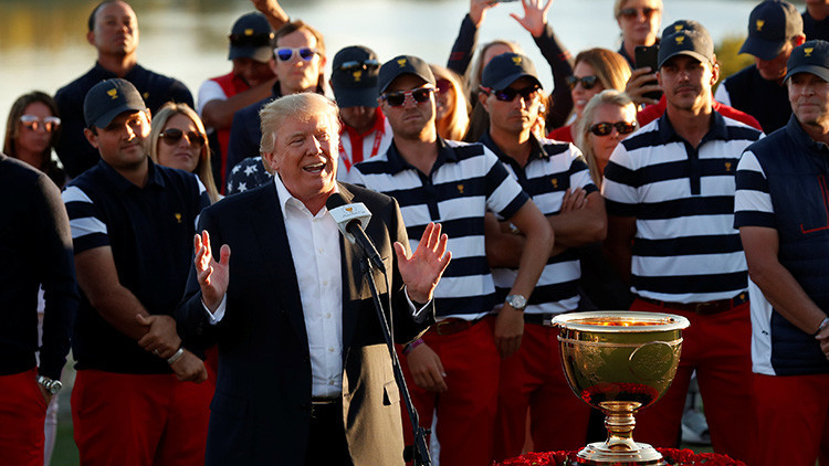 Trump dedica un trofeo de golf a las víctimas del huracán María en Puerto Rico (VIDEO)