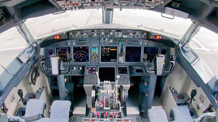 Una ventanilla abierta hace que se inunde la cabina de mando de un avión de Aerolíneas Argentinas