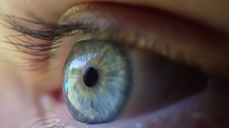 Una modelo publica fotos desconcertantes de su fallido tatuaje ocular