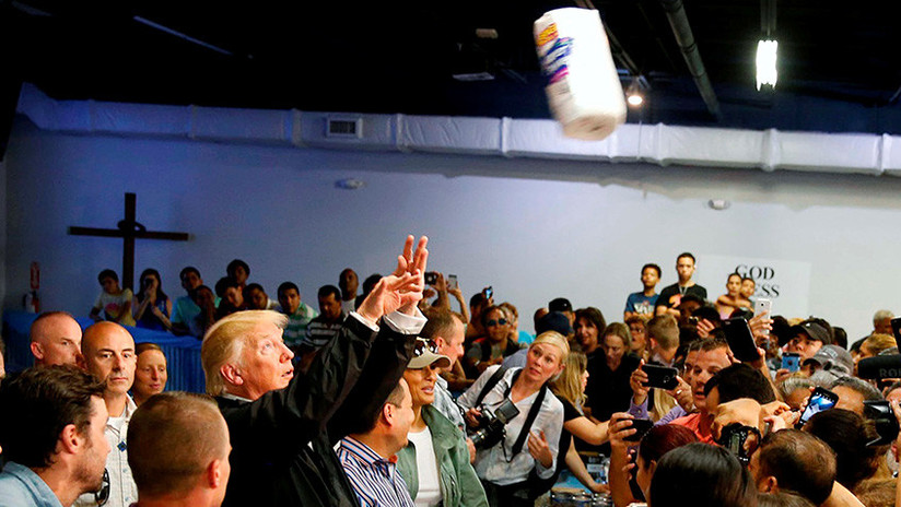 ¿Ayuda humanitaria? Trump lanza paquetes con toallas de papel a los puertorriqueños