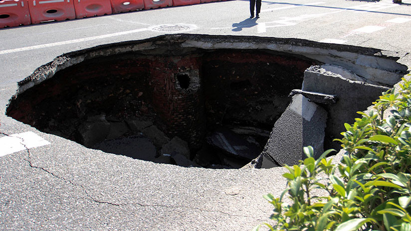VIDEOS: Un gigantesco y repentino cráter se traga un camión de basura en México