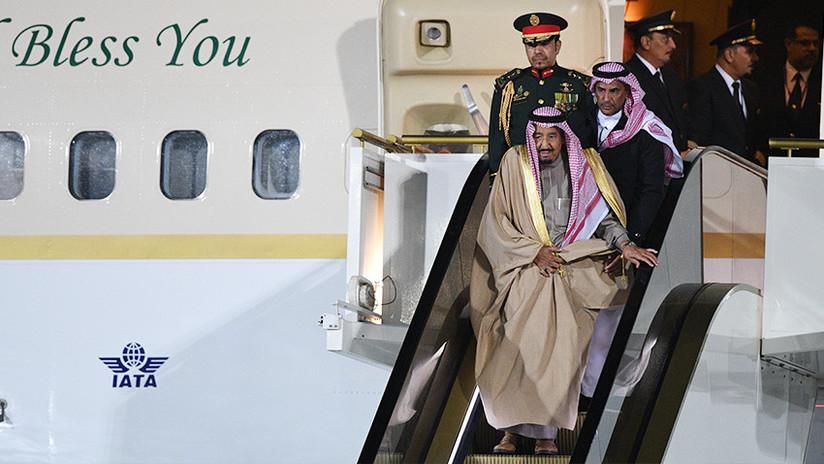 VIDEO: El rey de Arabia Saudita sufre un incidente al bajar del avión durante su visita a Moscú