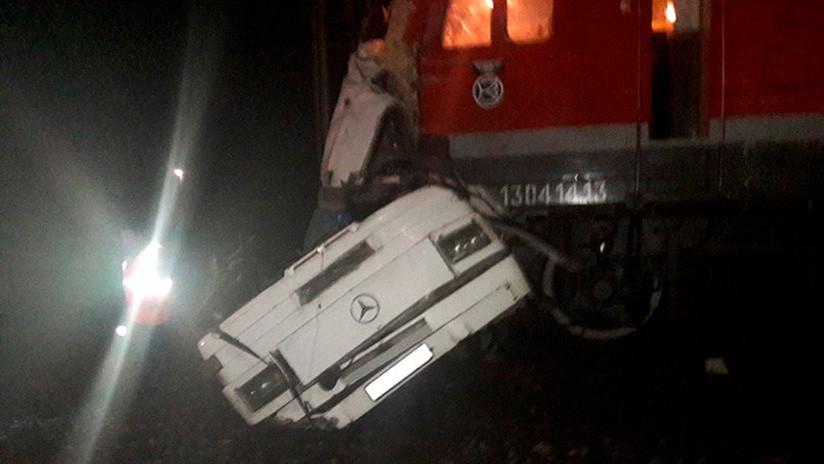 Choque de tren con autobús deja al menos 19 muertos — Rusia