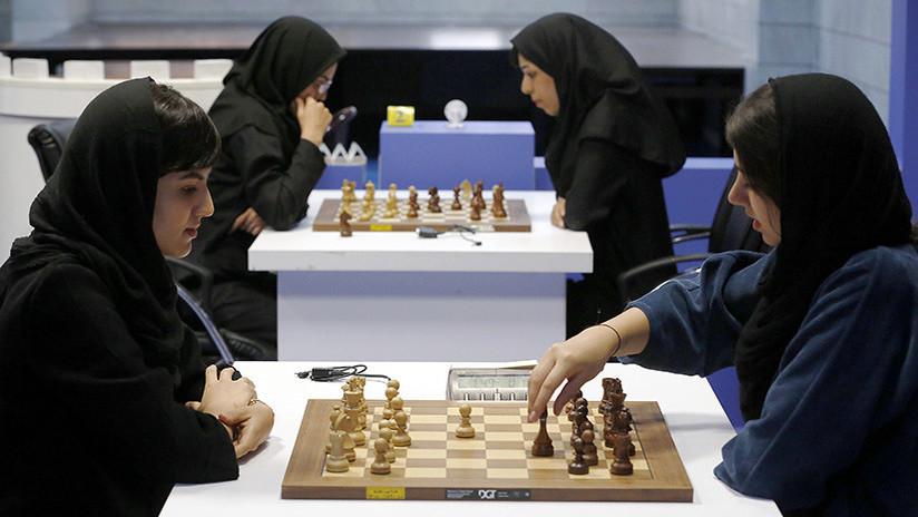 Ajedrecista expulsada de la selección iraní por no llevar un hiyab se une al equipo de EE.UU.
