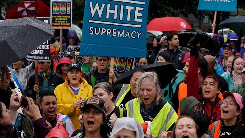 VIDEO, FOTO: Nacionalistas blancos marchan por Charlottesville semanas después del atropello masivo