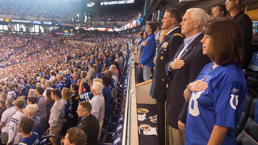 Jugadores de la NFL se arrodillan durante el himno y el vicepresidente de EE.UU. abandona el partido