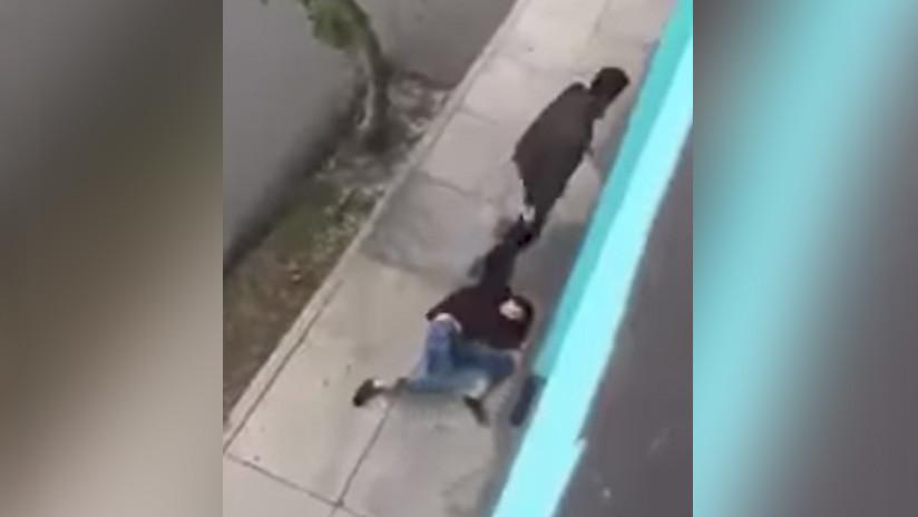 FUERTE VIDEO: Una vecina graba el momento en que un hombre arrastra a su pareja por el vecindario