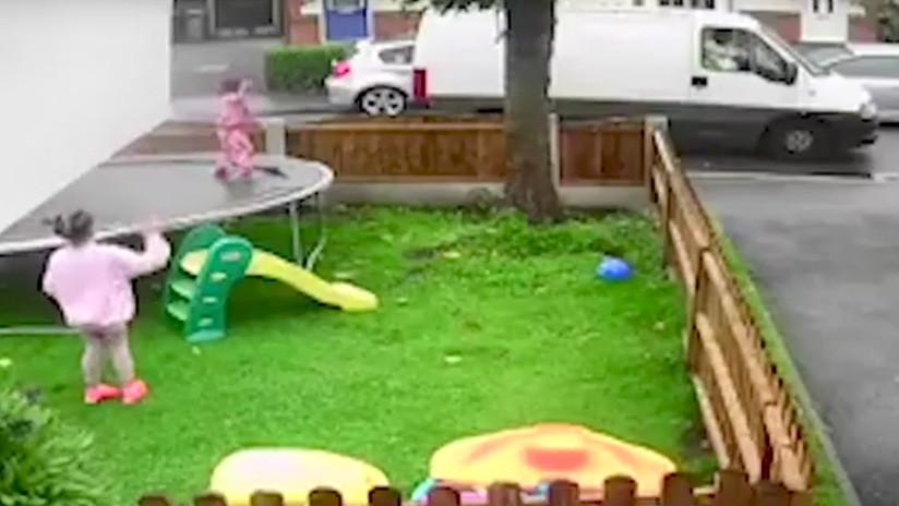 VIDEO: Un hombre tienta a tres niñas en pleno día para que se suban a su camioneta