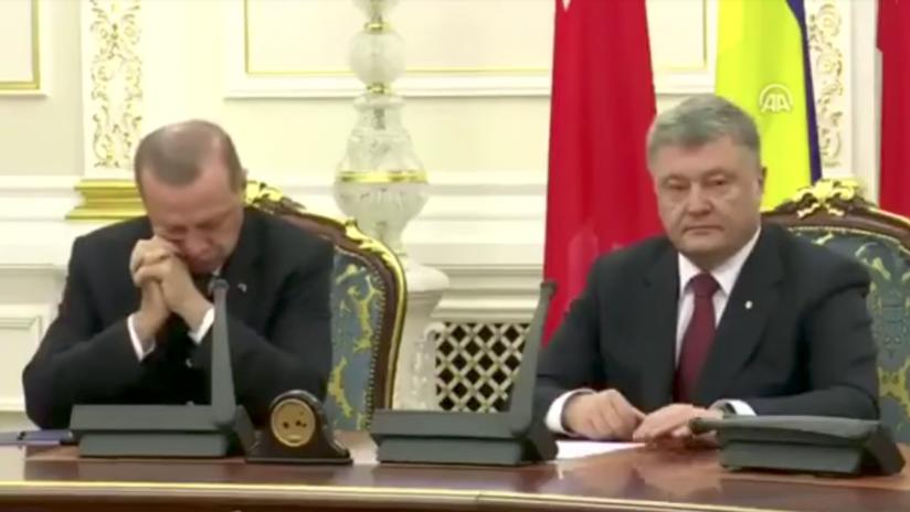 Video: Erdogan se queda dormido durante una conferencia de prensa con Poroshenko
