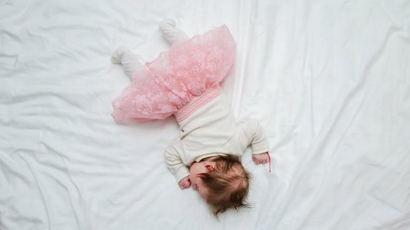 """""""Satanás disfrazado de bebé"""": Hombre es acusado de matar a su hija dos semanas después de adoptarla"""