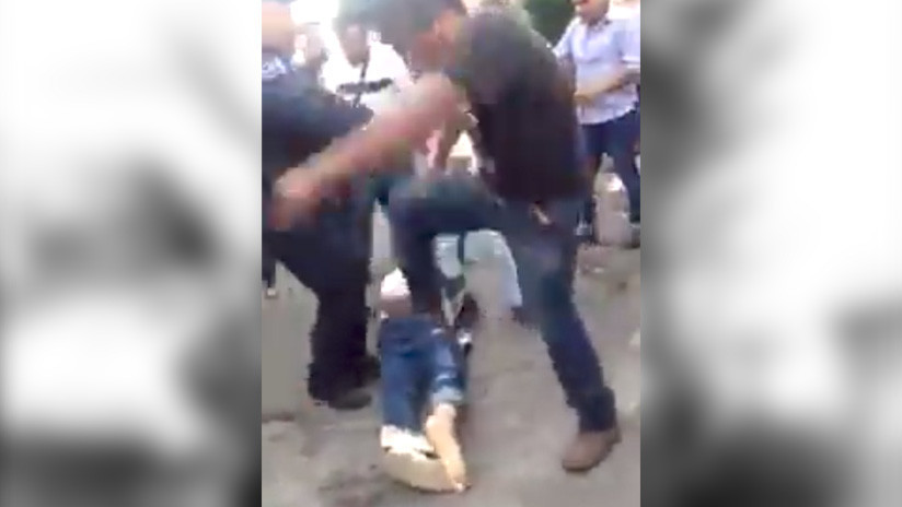 VIDEO FUERTE: Entre varios golpean salvajemente a un hombre en un mercado popular mexicano