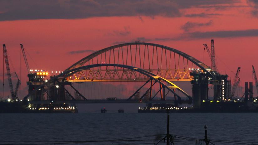 Elevan el arco de carretera del puente que conectará Crimea con el resto de Rusia