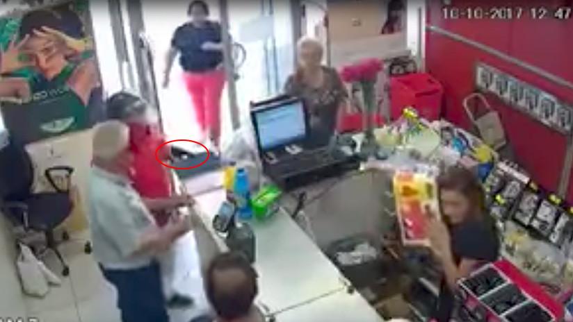 VIDEO: Una mujer colombiana detiene un atraco en España golpeando al asaltante con su bolso