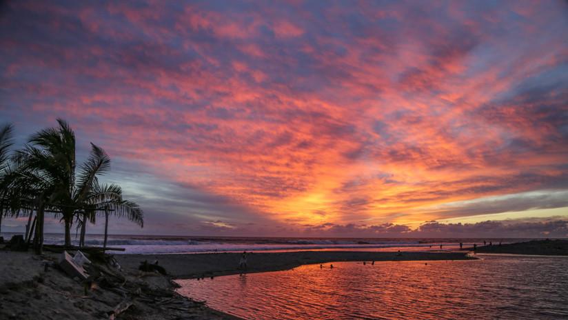 """""""Surfear aquí es como el paraíso"""": panorama de la costa michoacana hoy"""