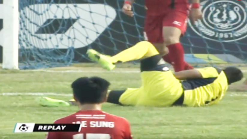 Portero de Primera División muere tras chocar con un compañero en pleno partido (FUERTE VIDEO)
