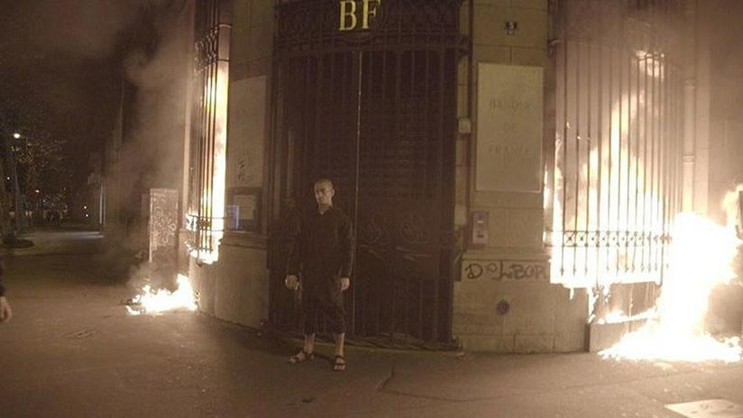 El artista ruso que se clavó el escroto a la Plaza Roja incendia la entrada del Banco de Francia