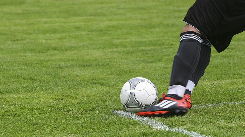 VIDEO: Se limpia la bota en la media del árbitro, le sacan amarilla y marca gol