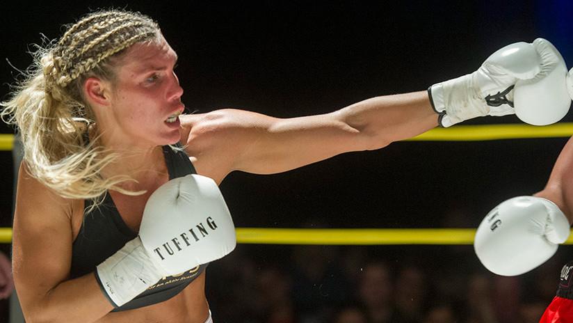 VIDEO: Antes de pegarle puñetazos a su rival, una boxeadora le pega un beso en plena rueda de prensa