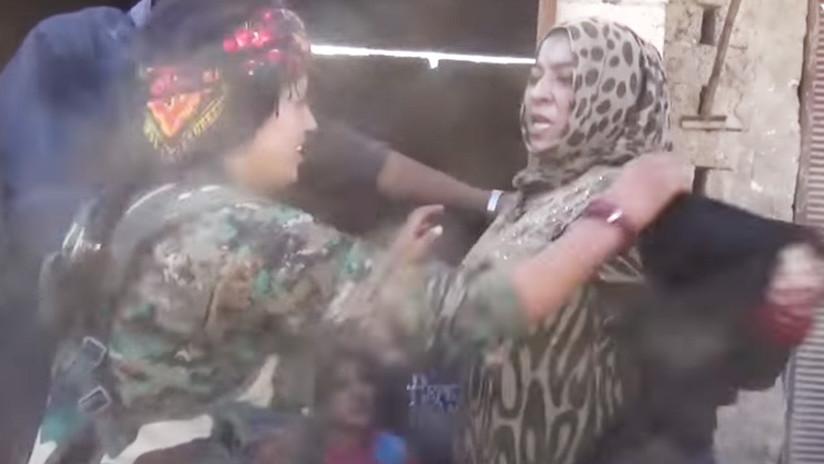 VIDEO: Una mujer siria se quita la burka para celebrar su liberación del Estado Islámico