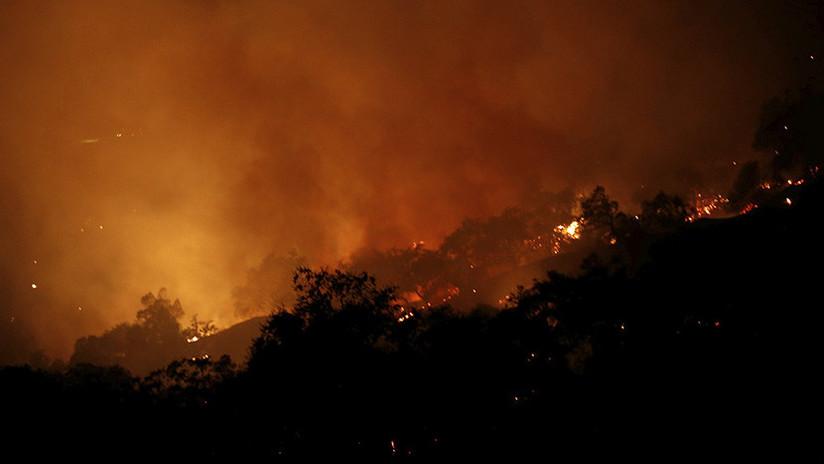 """""""Vamos a morir"""": Dos jóvenes escapan por los pelos del incendio forestal en California (VIDEO)"""