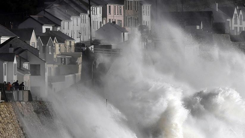 """""""A lo apocalipsis zombi"""": Llega Ophelia, """"la peor tormenta en 30 años en Reino Unido"""" (FOTOS, VIDEO)"""