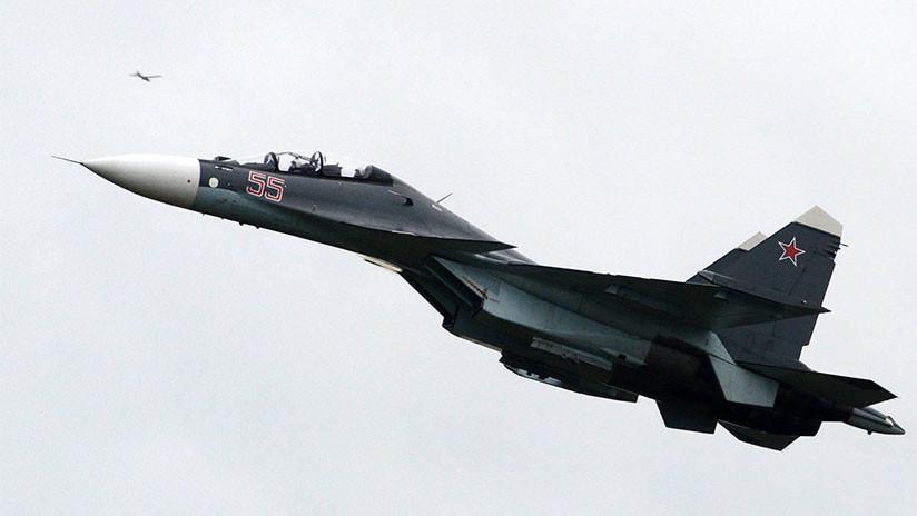 VIDEO: El momento exacto en que un caza ruso Su-30SM destruye un buque