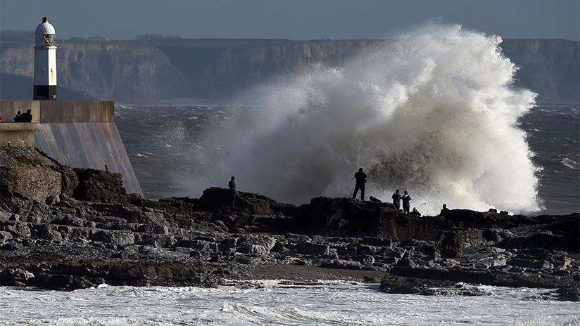 """VIDEO: Una """"bomba meteorológica"""" llega a las islas británicas tras """"la peor tormenta en 30 años"""""""